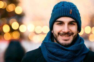 Как связать мужскую шапку спицами