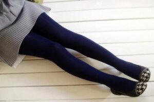 Девушка в синих колготках