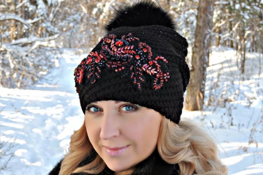 Зимняя шапка с украшениями